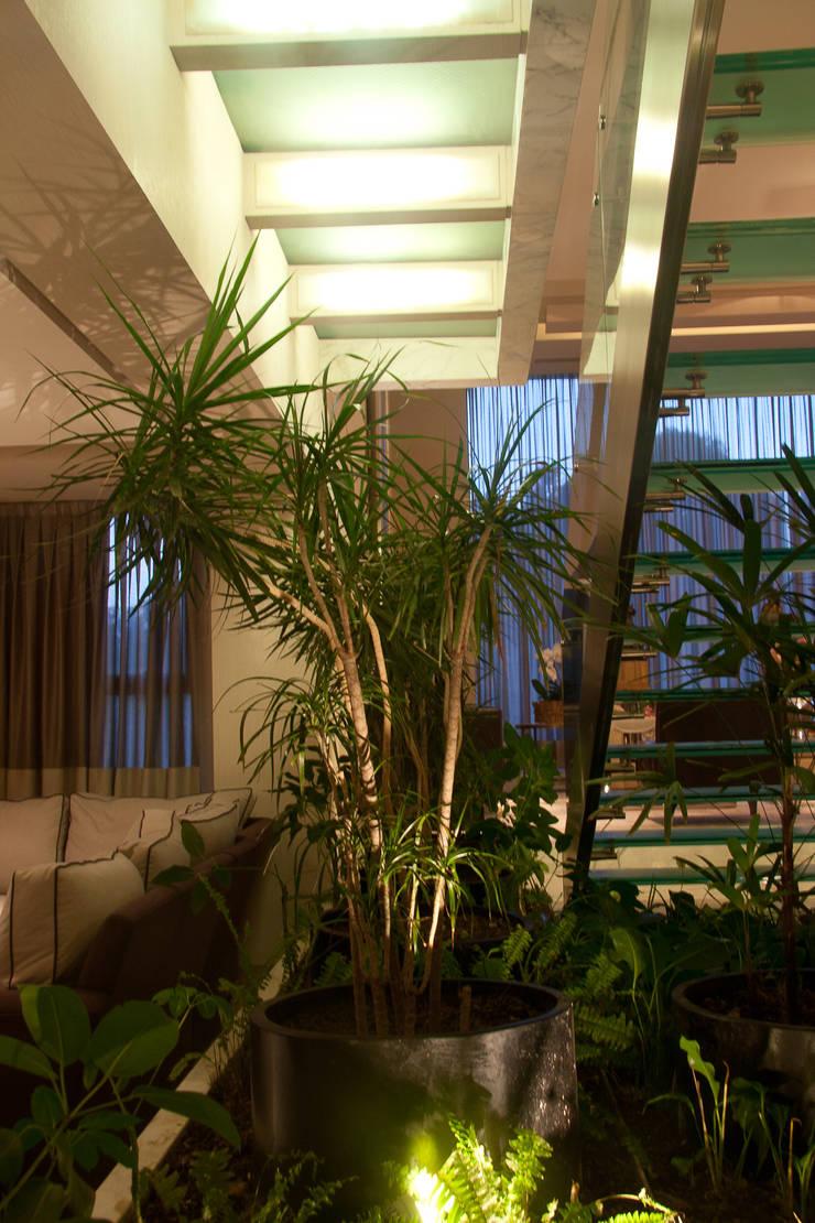 Residencia  Vertientes: Pasillos y recibidores de estilo  por Iluminarq
