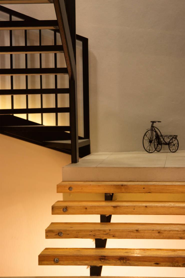 Casa GS: Vestíbulos, pasillos y escaleras de estilo  por Iluminarq
