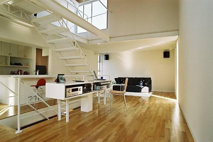 ワンルーム: 桑原建築設計室が手掛けたリビングです。