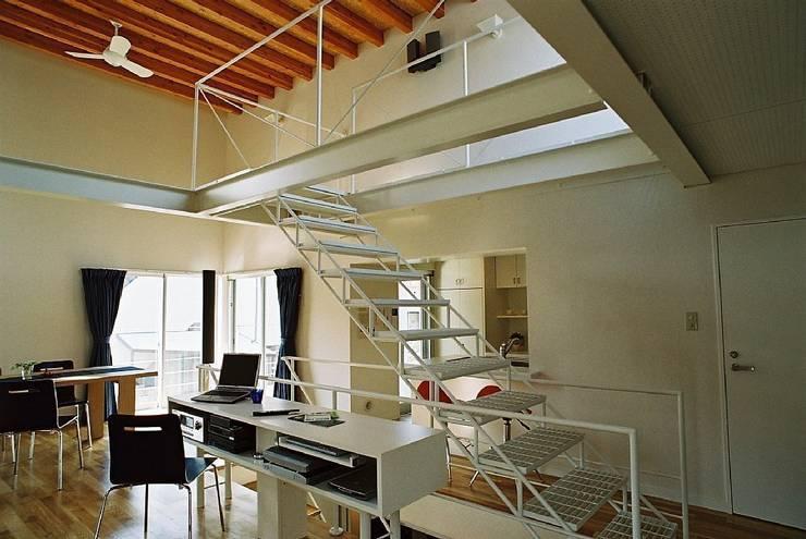 ロフト階段: 桑原建築設計室が手掛けた廊下 & 玄関です。