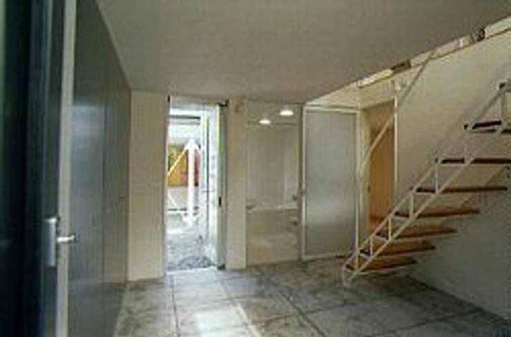 土間玄関: 桑原建築設計室が手掛けた廊下 & 玄関です。