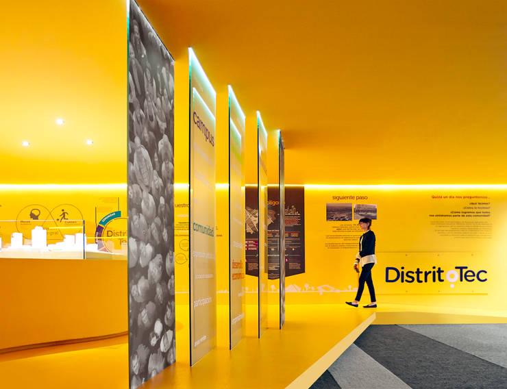 Showroom DistritoTec: Escuelas de estilo  por CUATRO44