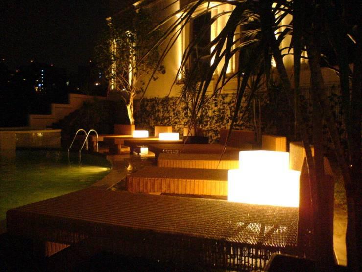 Residencia Laureles: Albercas de estilo  por Iluminarq