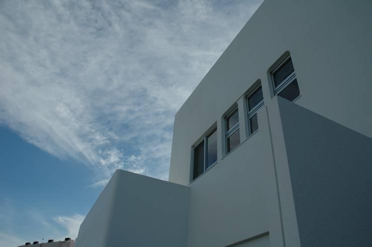 Casas de estilo moderno de アアキ前田 株式会社 Moderno