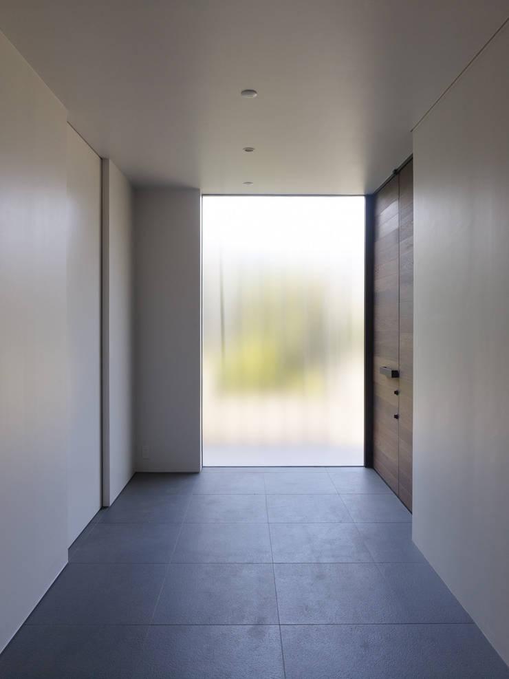 Paredes e pisos modernos por ピコグラム建築設計事務所 Moderno