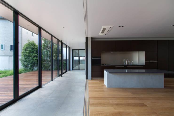 Salas de estar modernas por ピコグラム建築設計事務所 Moderno