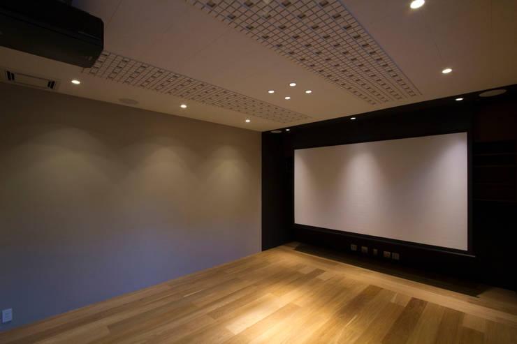 Salas multimídia modernas por ピコグラム建築設計事務所 Moderno