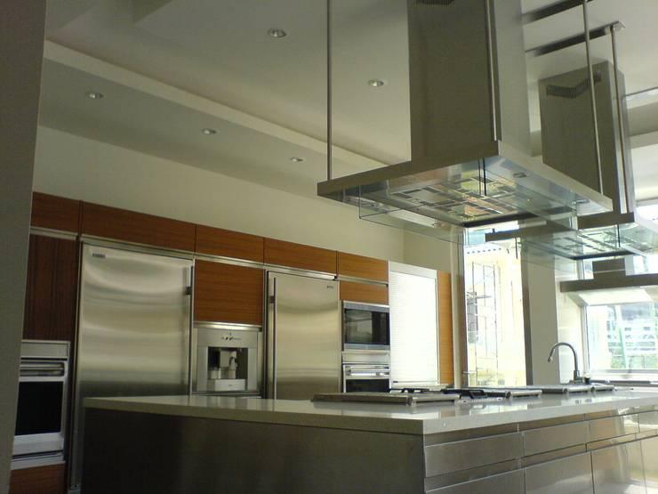 Residencia Laureles: Cocinas de estilo  por Iluminarq