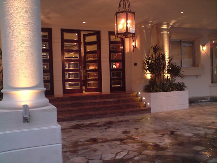 Residencia Laureles: Puertas y ventanas de estilo  por Iluminarq