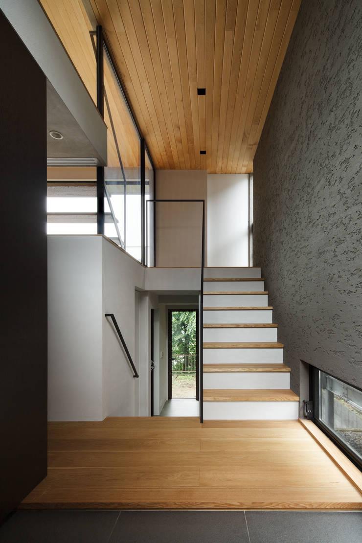 自然素材のいえ: ピコグラム建築設計事務所が手掛けた廊下 & 玄関です。