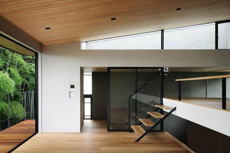 自然素材のいえ: ピコグラム建築設計事務所が手掛けたリビングです。