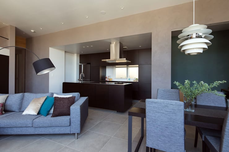 キッチンを中心に家族がひとつになれるいえ: ピコグラム建築設計事務所が手掛けたダイニングです。