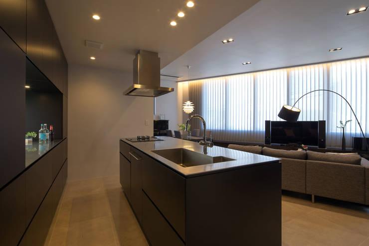キッチンを中心に家族がひとつになれるいえ: ピコグラム建築設計事務所が手掛けたキッチンです。