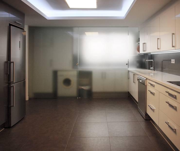 cocina despues 1:  de estilo  de cota-zero, tenica y construcción integrada, s.l.