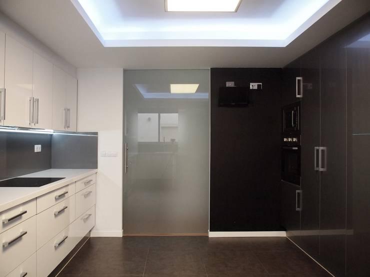 cocina despues 7:  de estilo  de cota-zero, tenica y construcción integrada, s.l.