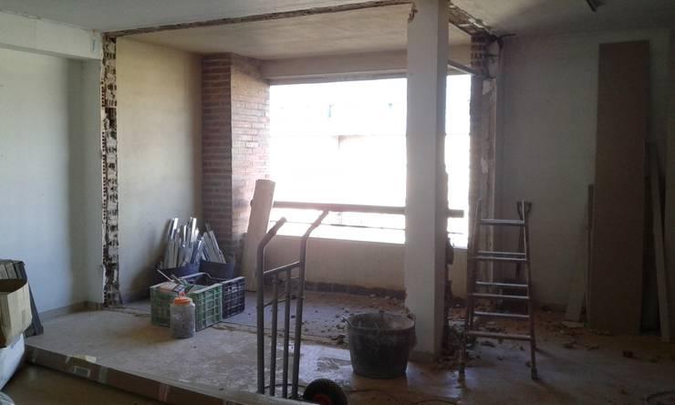 salon / terraza antes:  de estilo  de cota-zero, tenica y construcción integrada, s.l.
