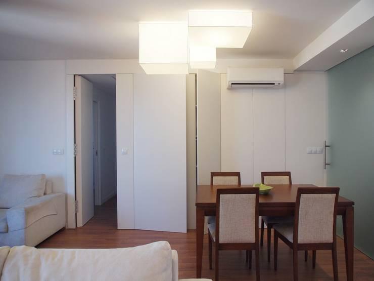 salon - paso a la zona de noche:  de estilo  de cota-zero, tenica y construcción integrada, s.l.