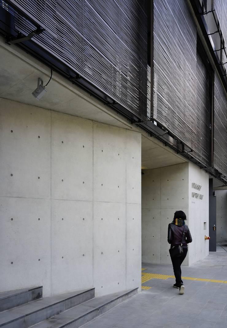 어둠속의 대화, 북촌: WISE Architecture의  복도 & 현관