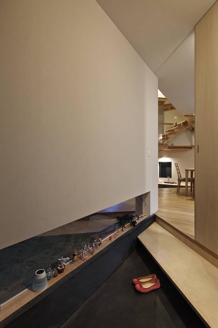 玄関から見る オリジナルな 壁&床 の 宮武淳夫建築+アルファ設計 オリジナル