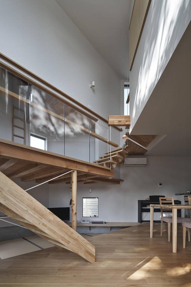 公園側から吹抜け空間を見上げる オリジナルスタイルの 玄関&廊下&階段 の 宮武淳夫建築+アルファ設計 オリジナル