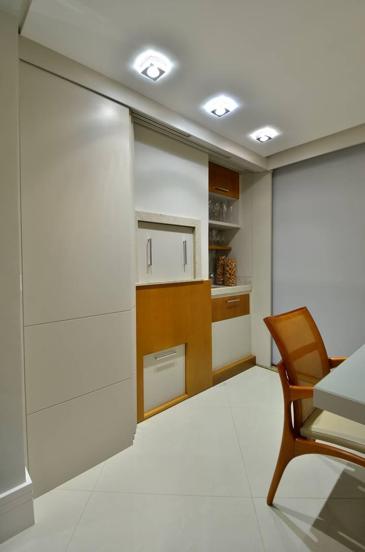 Churrasqueira aberta: Salas de jantar modernas por Stúdio Márcio Verza