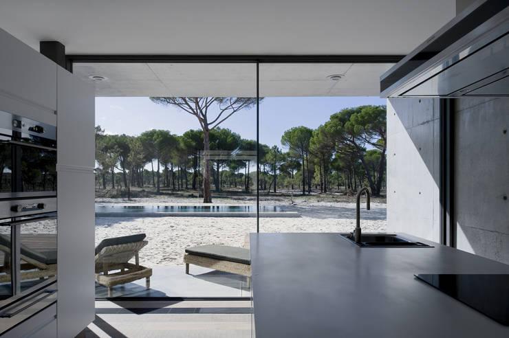 Casa na Comporta: Cozinhas modernas por RRJ Arquitectos