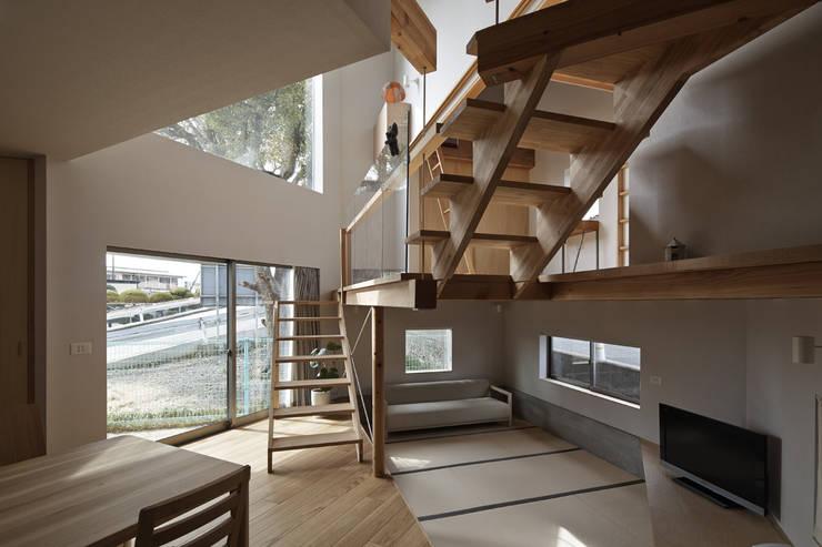 ダイニングから吹抜けの窓方向を見る。 オリジナルデザインの ダイニング の 宮武淳夫建築+アルファ設計 オリジナル