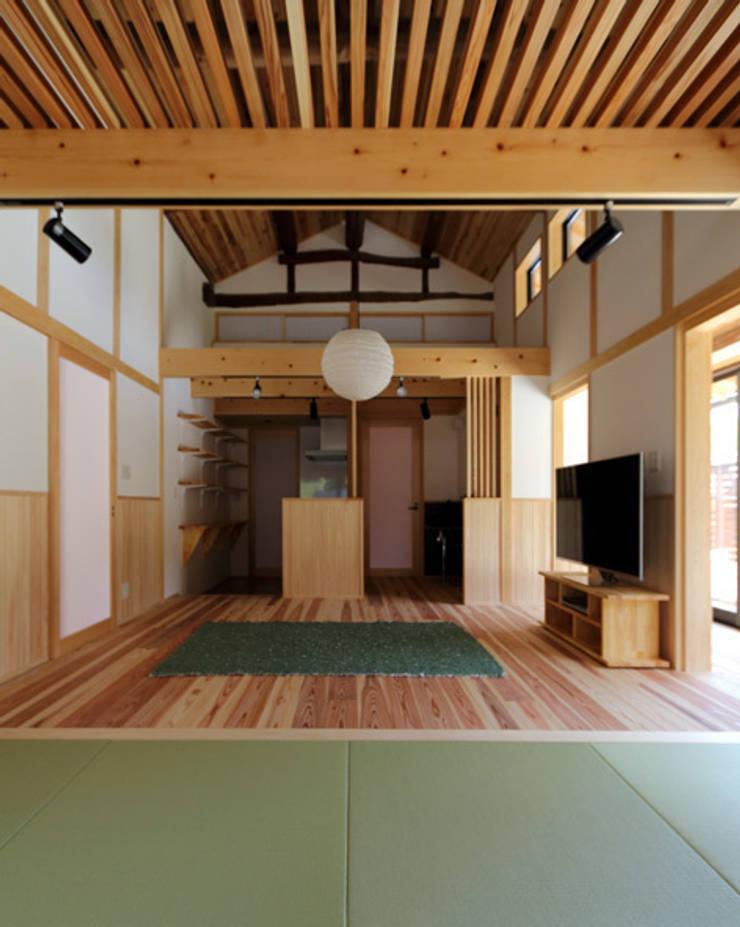Salones de estilo  de 株式会社濱田昌範建築設計事務所, Asiático