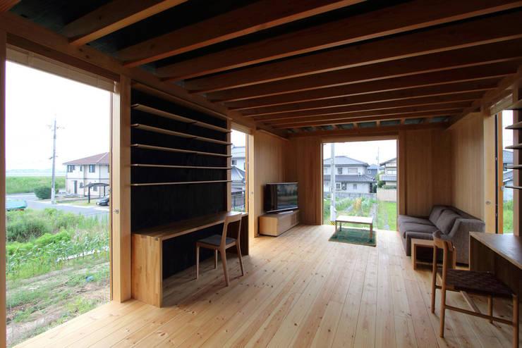 軒家/NOKIYA: 株式会社濱田昌範建築設計事務所が手掛けたリビングです。