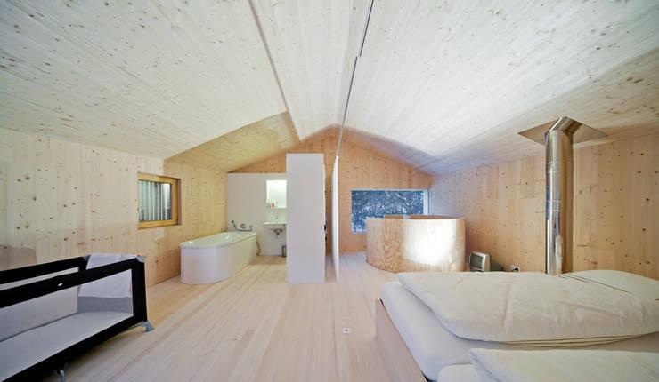 Einfamilienhaus Bout: minimalistische Schlafzimmer von Madritsch*Pfurtscheller