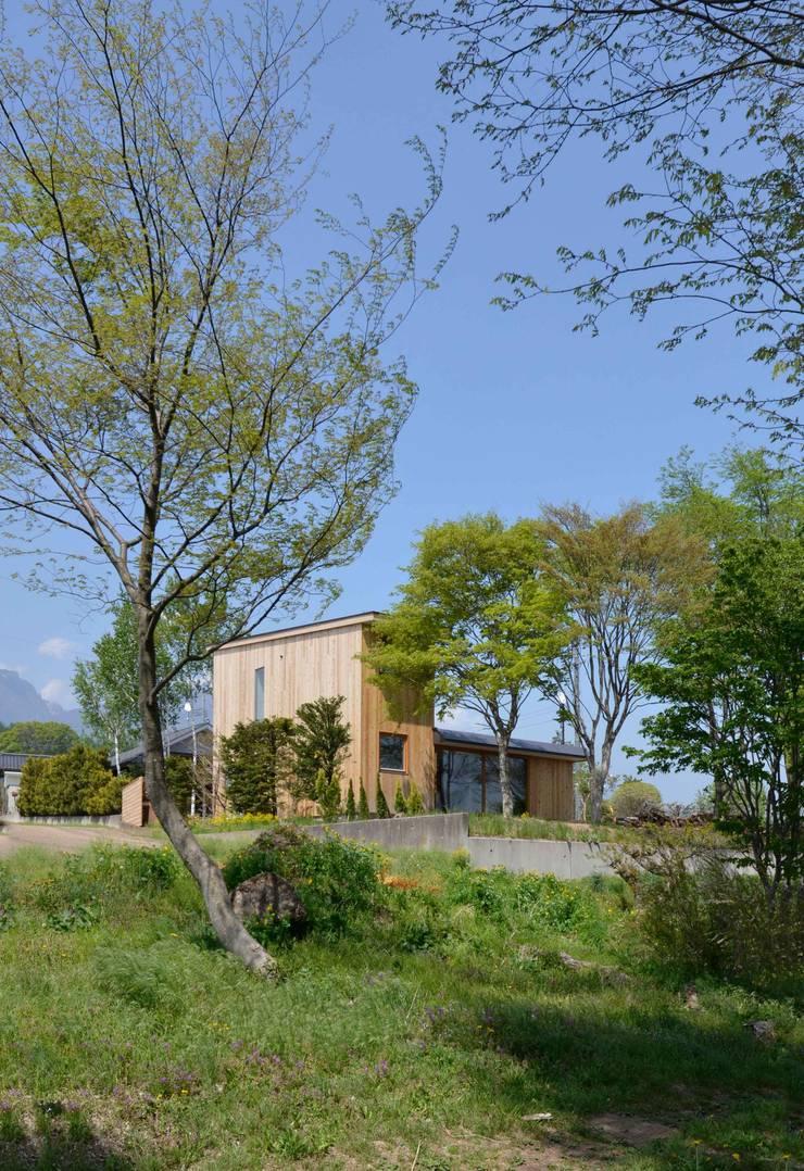風景に住む: エヌ スケッチが手掛けた家です。
