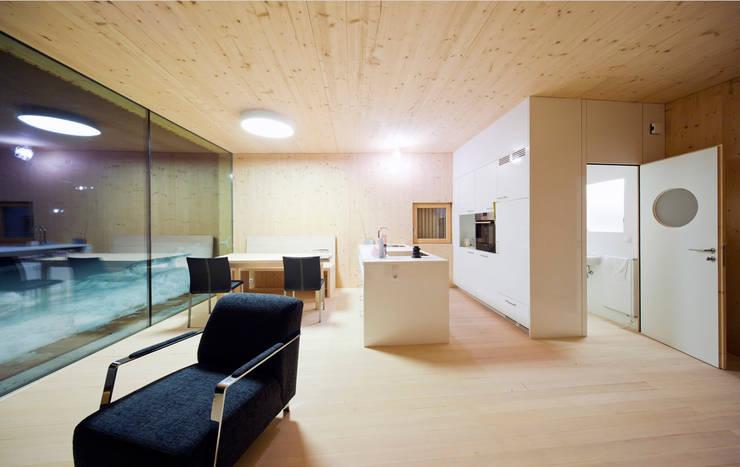 Einfamilienhaus Bout: minimalistische Küche von Madritsch*Pfurtscheller