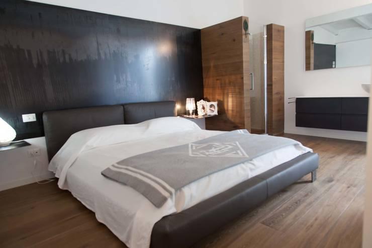 7 levels: Camera da letto in stile  di G/G associati studio di ingegneria e architettura _ing.r.guglielmi_arch.a.grossi