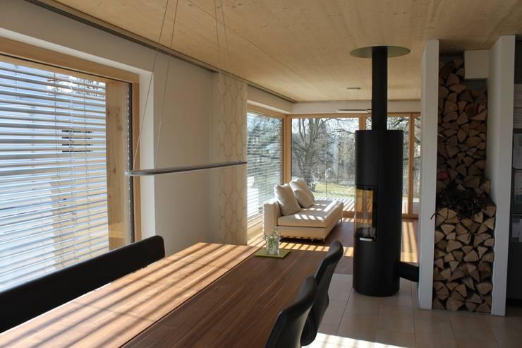 Neubau Einfamilienhaus als Passivhaus: moderne Esszimmer von ANB Architekten AG