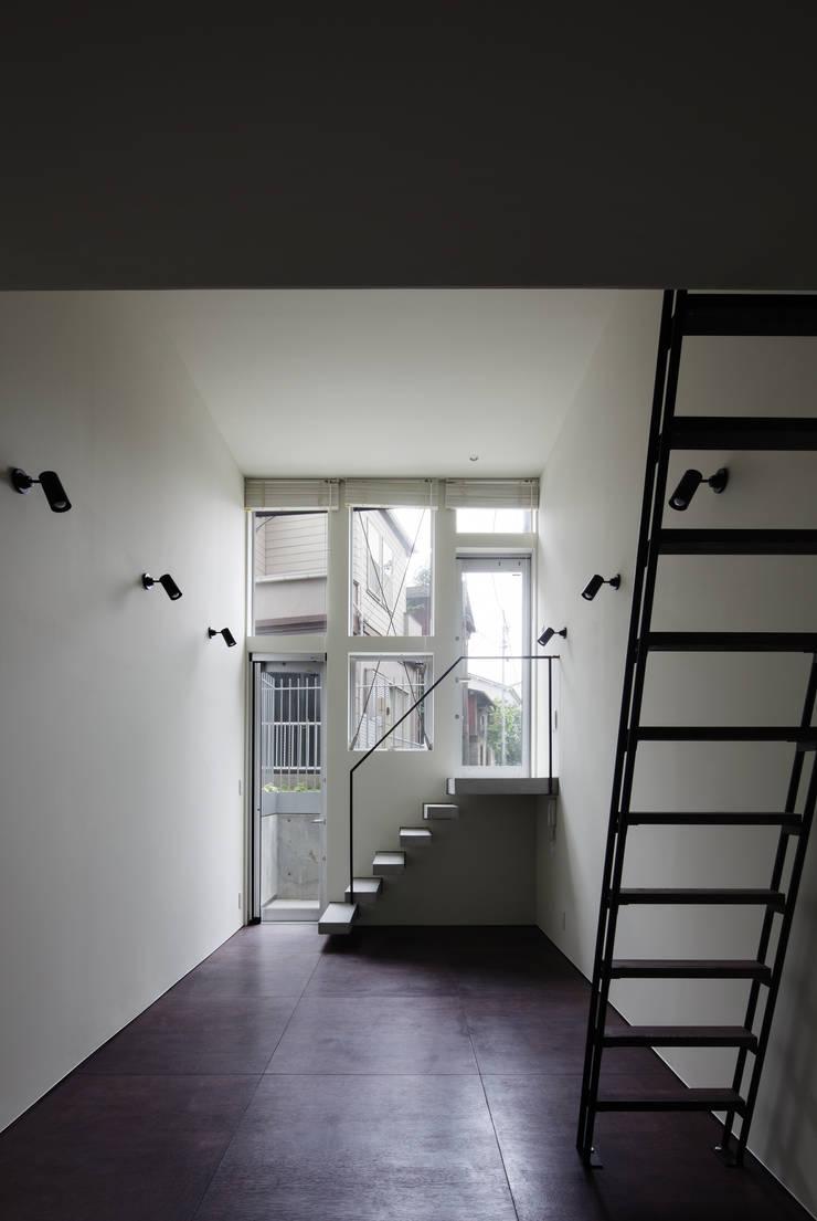 Triplex House: Yukinobu Toyama Architectsが手掛けたリビングです。,ミニマル