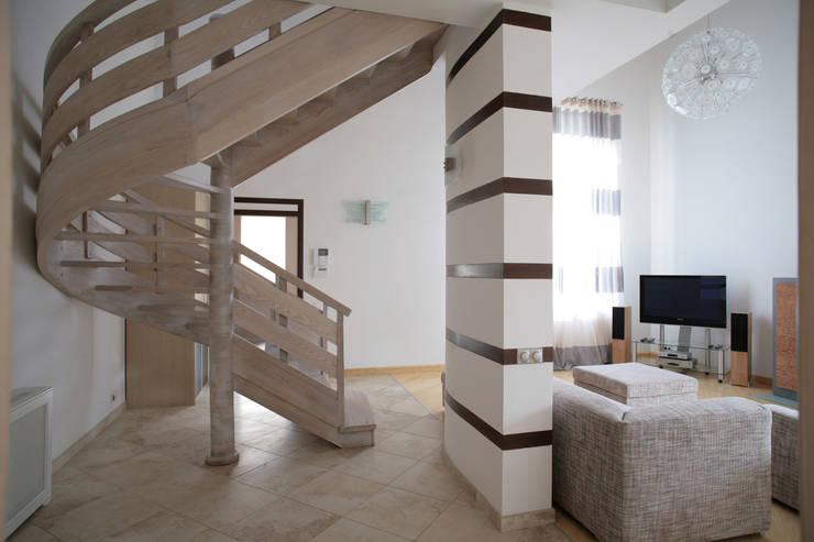 Вид на лестницу: Коридор и прихожая в . Автор – Inter-Decore