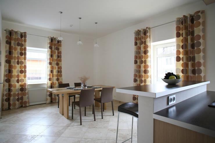 Вид из кухни в столовую: Столовые комнаты в . Автор – Inter-Decore