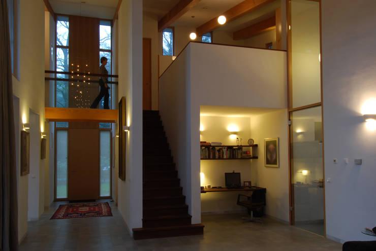 Entreepartij vanuit woonkamer:  Gang en hal door Thijssen Verheijden Architecture & Management