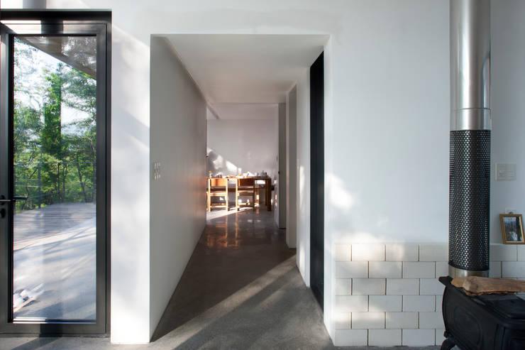 Atelier Namu Saenggak: around architects의  복도 & 현관