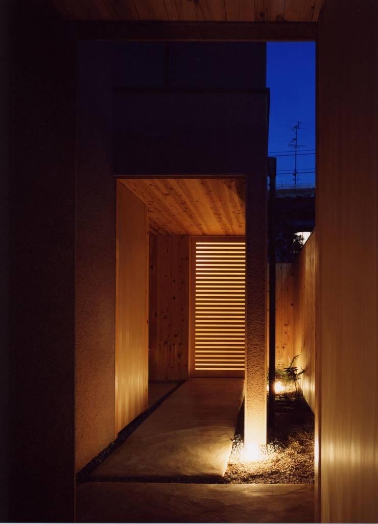 玄関 通り庭: 建築工房なかしま一級建築士事務所(Nakasima-Architects-Workshop)が手掛けた家です。