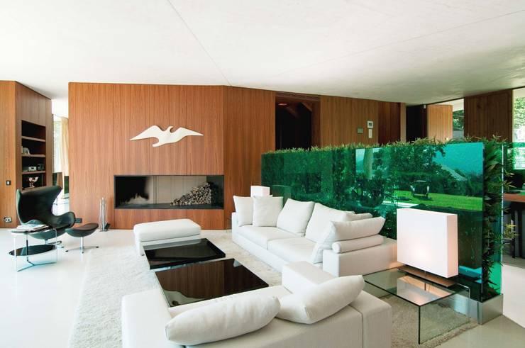 Privat Haus St. Gilgen, Austria: moderne Wohnzimmer von SilvestrinDesign