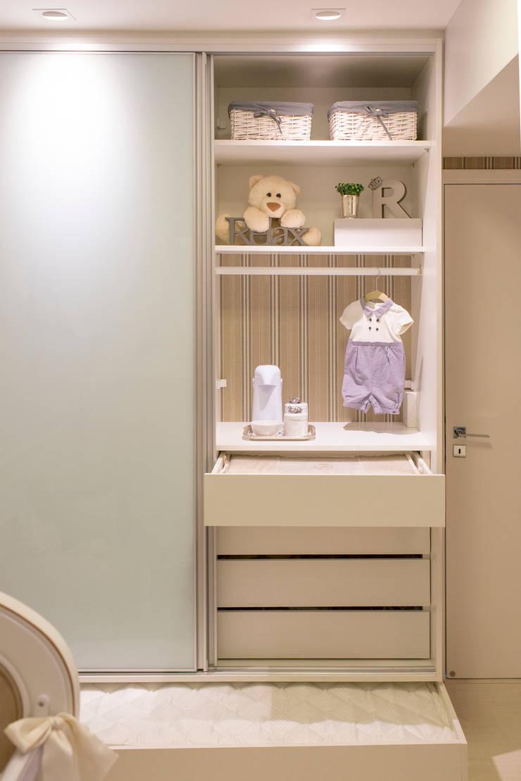 Quarto de bebê: Quarto infantil  por LM Arquitetura,Clássico