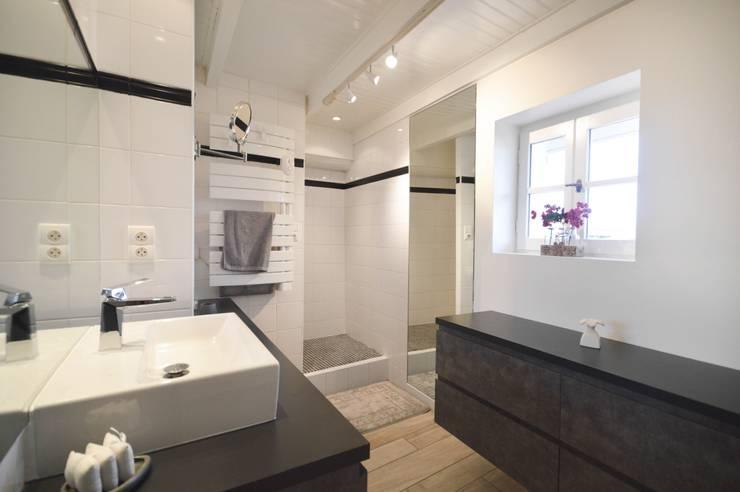 Rénovation d'un ancien corps de ferme : Salle de bains de style  par Nicolas Mercier Architecte d'interieur