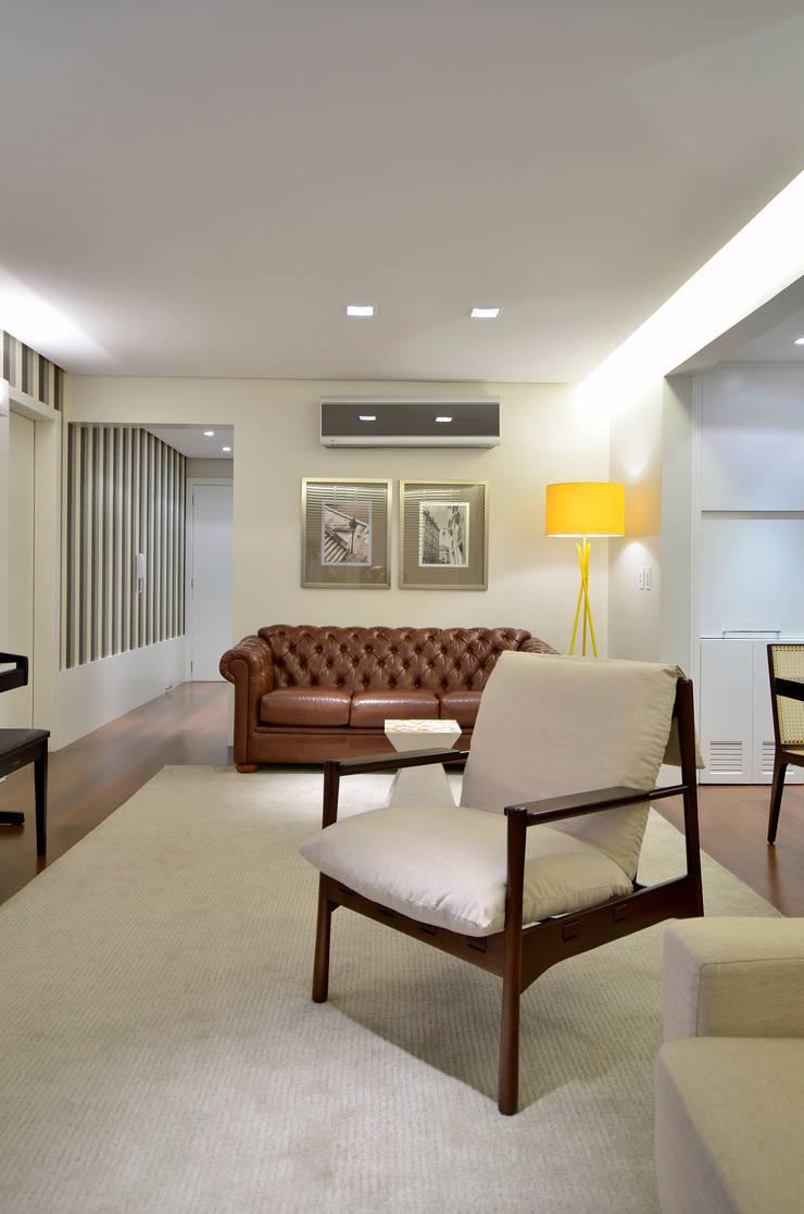 Sala de Estar: Salas de estar  por Stúdio Márcio Verza