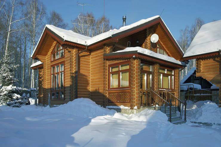 Projekty, klasyczne Domy zaprojektowane przez Архитектурная студия 'Солнечный дом'
