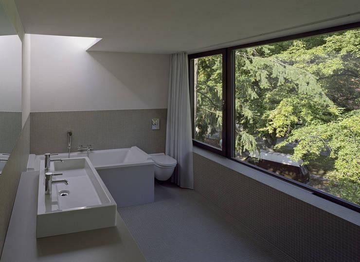 Projekty,  Łazienka zaprojektowane przez Helm Westhaus Architekten