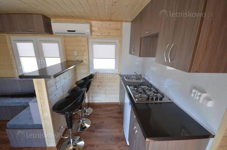 Kuchnia w domku letniskowym 10x3,5m mobilnym na kołach: styl , w kategorii Kuchnia zaprojektowany przez Letniskowo.pl s.c. Jacek Solka, Marek Garkowski