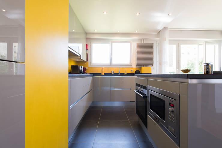 cuisine ouverte finition façade corde avec plan de travail en granit noir vieilli : Cuisine de style  par LA CUISINE DANS LE BAIN SK CONCEPT