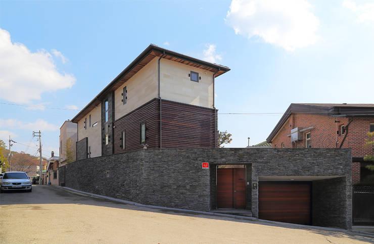 Edge House 북서측: OUA 오유에이의  주택