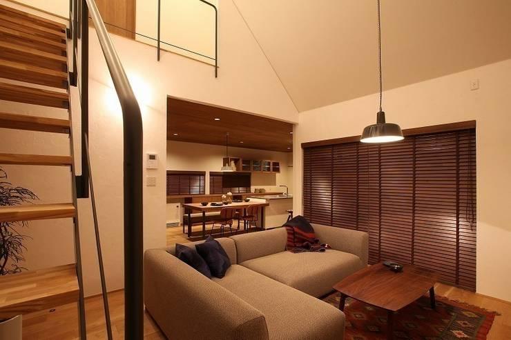自然の中の三角屋根の家 / zuiun: zuiun建築設計事務所 / 株式会社 ZUIUNが手掛けたリビングです。